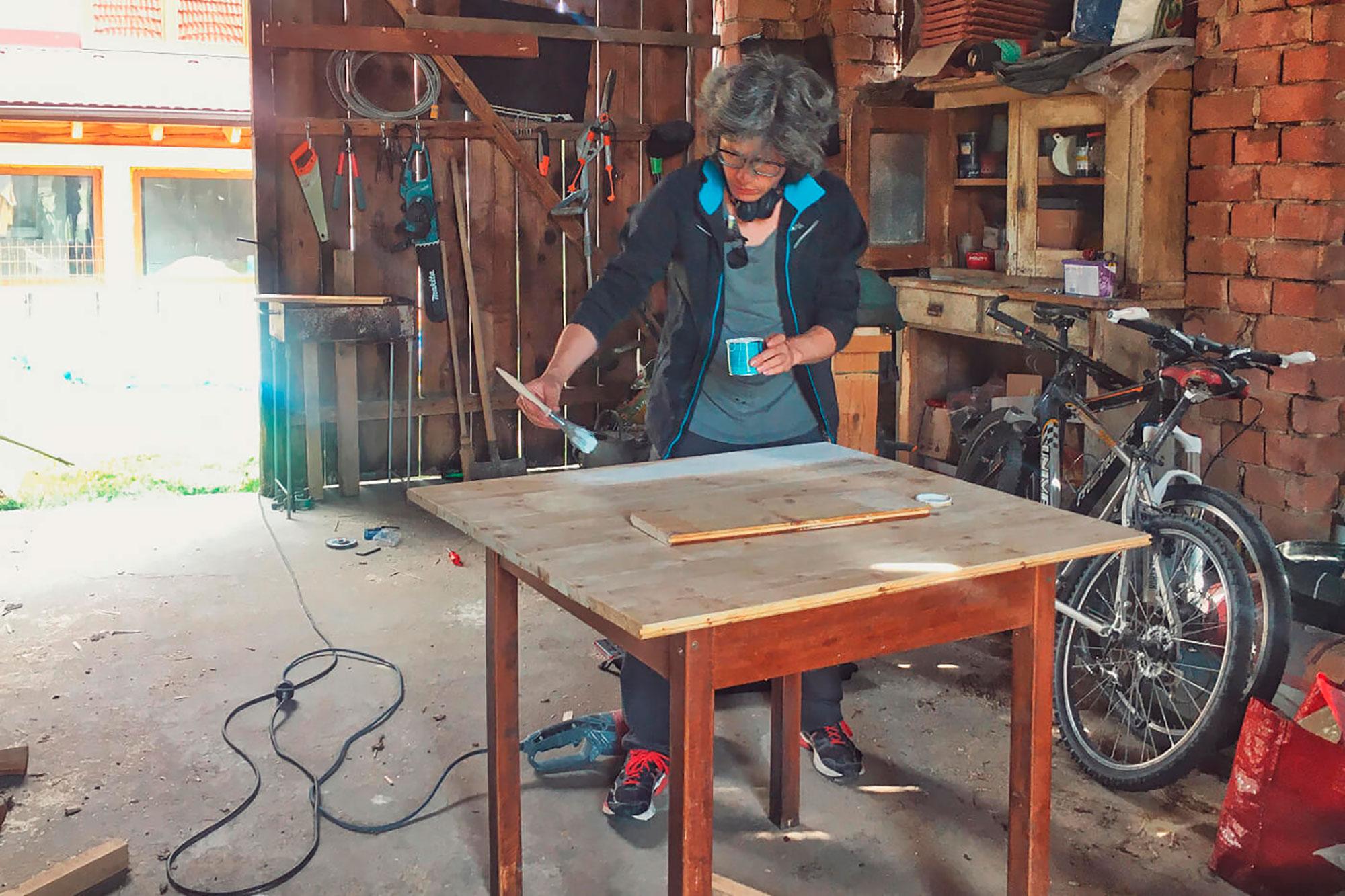 Планируем строительство своего вэна. Сергей практикуется в обработке дерева: сделал стол