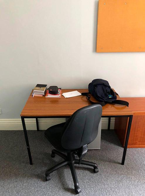 Письменный стол, где я читал книги, вел ежедневник и записывал новые английские слова
