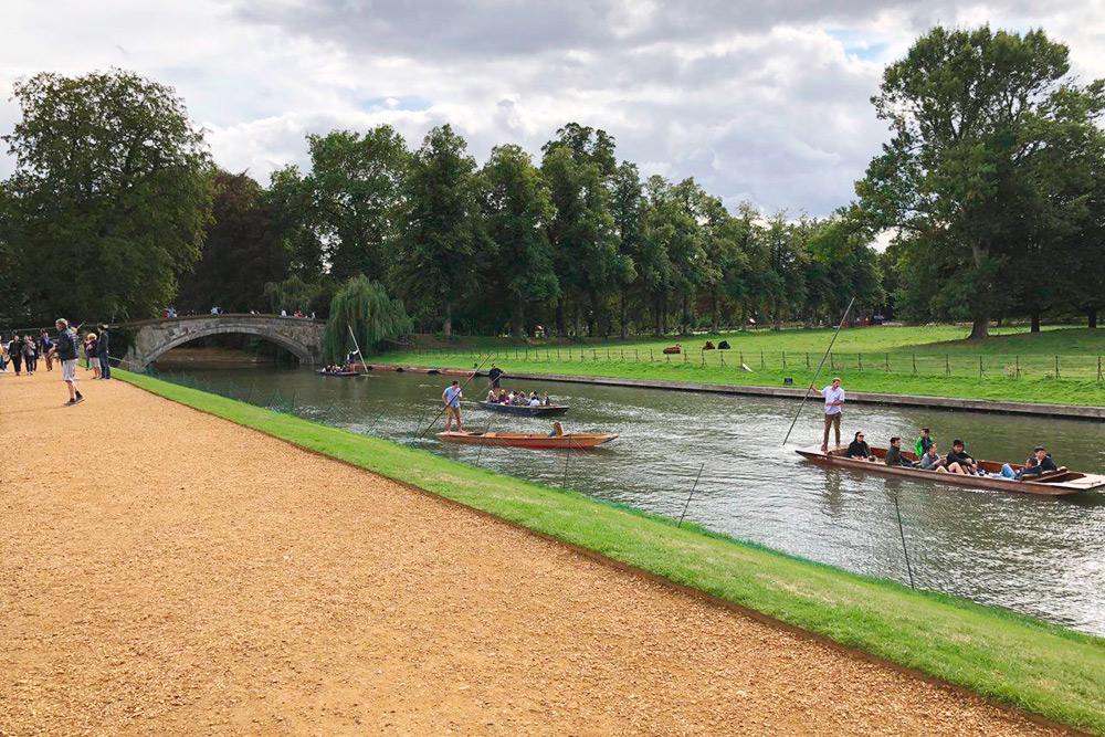 По реке Кем (или Кам) плавают на лодках туристы