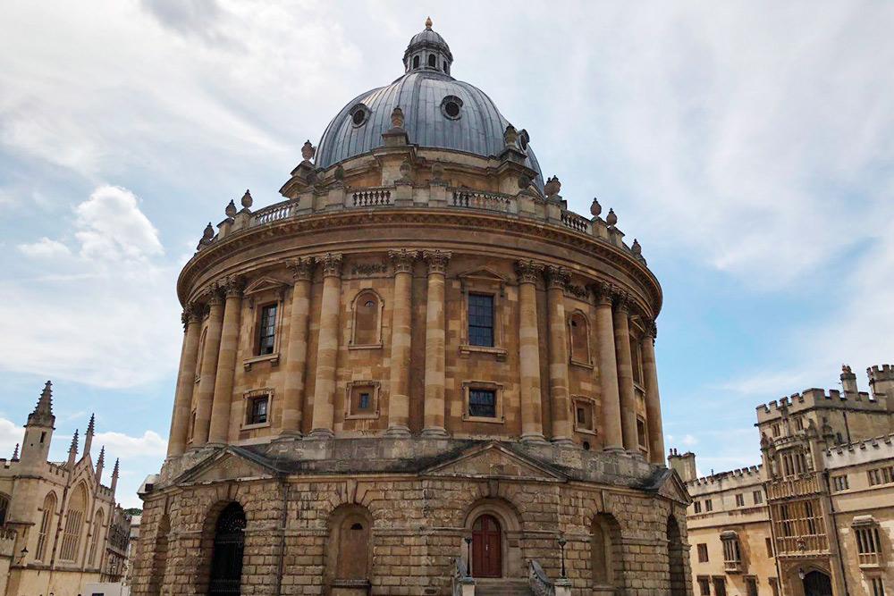 Это библиотека Оксфордского университета, которая была основана в 1602году. В ней хранится 11 миллионов книг, журналов, газет и документов
