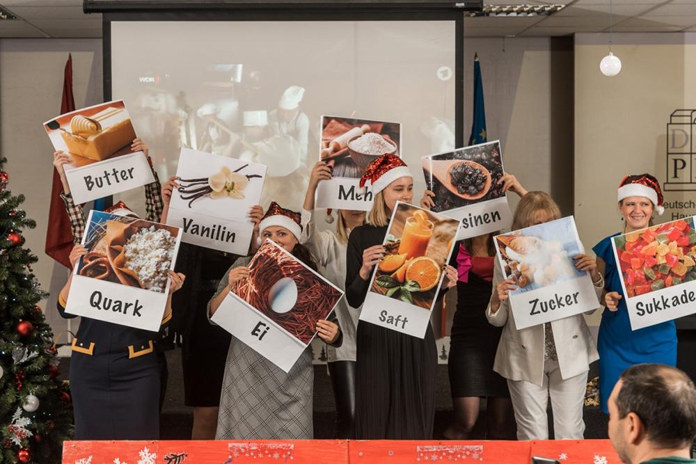 Участники клуба немецкого языка отмечают Рождество. Они испекли штоллен и подарили гостям открытки