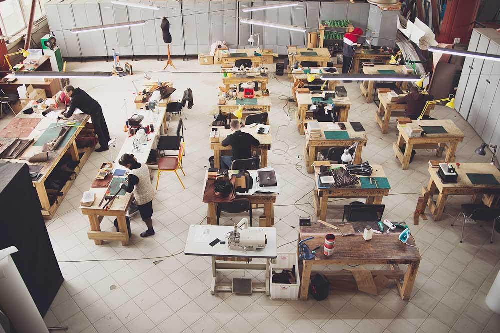 Производственное помещение мастерской: слева раскроечный стол, далее стол для двоения (утоньшения), справа столы мастеров. У каждого мастера своя лампа, которая автоматически подстраивается под яркость в помещении