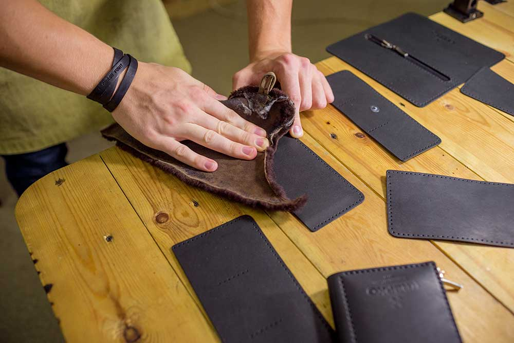 Потом кожу пропитывают танином — раствором, защищающим от влаги и механических повреждений, — полируют и пробивают отверстия для нитей