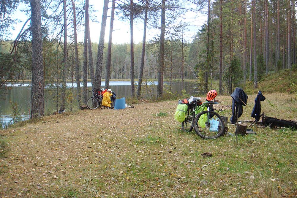 Привал у лесного озера Белиц в Новгородской области в сентябре 2018года
