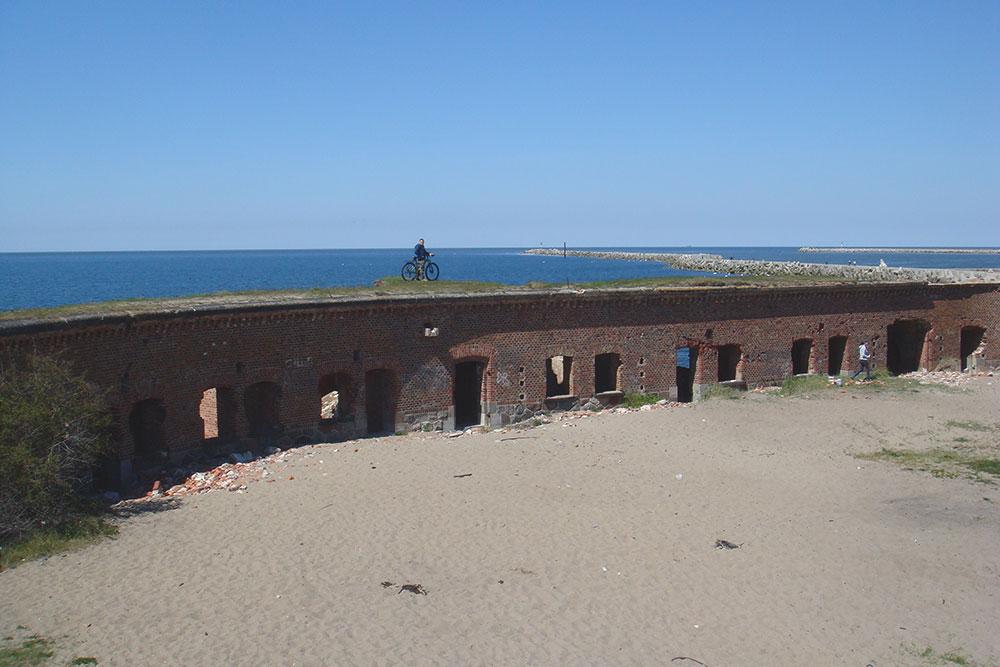 Развалины военного форта на Балтийской косе в Калининградской области. Мы ездили по ним на велосипеде