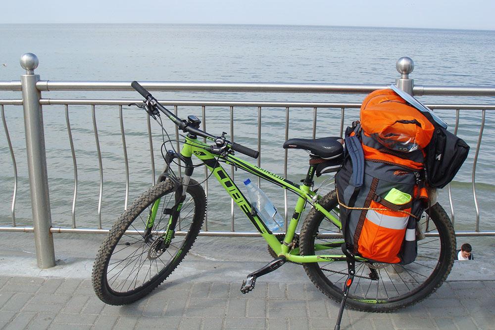 Мой велосипед дляпоходов, укомплектованный багажником, флягодержателем и подножкой