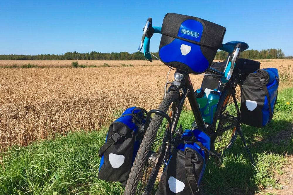 Велосипед моего приятеля с навесными сумками спереди и сзади. Приезде с грузом на багажнике нужно следить за давлением в заднем колесе. Недокачанная илиперекачанная покрышка больше подвержена проколам