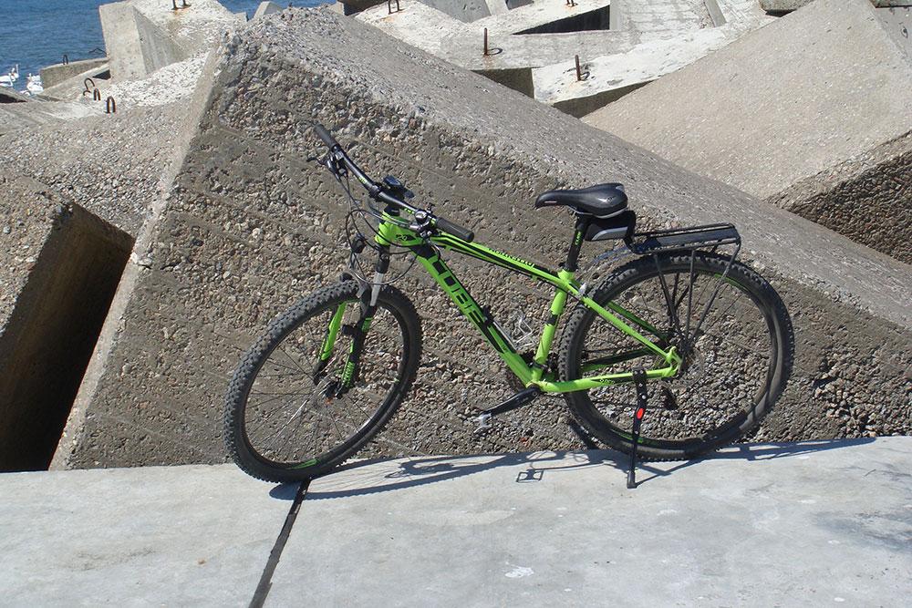 Подножка отлично удерживает велосипед на твердой поверхности. На мягкой почве она может уйти в землю, и тогда велосипед перевернется. Ставя велосипед на подножку, убедитесь в его устойчивости