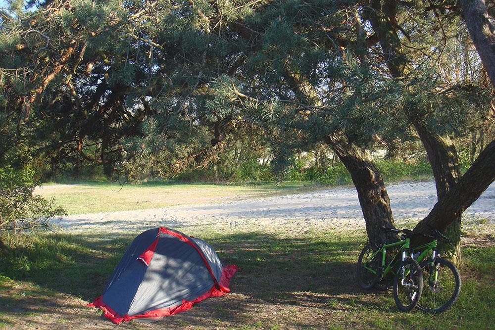 Моя палатка Tramp Bike 2. Она хорошо защищает от дождя и сильного ветра. В интернет-магазинах такая стоит 5000—7000 рублей