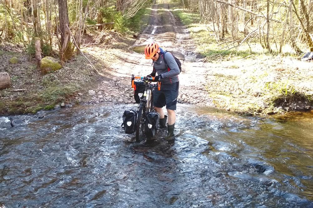Если отправляетесь в поход весной илиосенью, полезно взять резиновые сапоги. Преодолевать разлившиеся ручьи босиком очень холодно. Проехать на велосипеде тоже не получится: сильный поток воды приносит на дно камни и ветки, и оно становится непроходимым