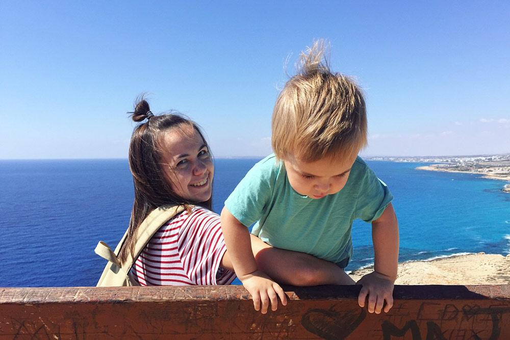 Нам нравится исследовать остров по выходным. Вот мы с сыном на мысе Греко
