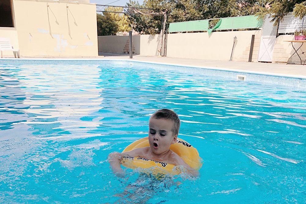 За два года этот бассейн мы посетили раз пять. Ребенок в первое время боялся воды. Сейчас ябы не отказалась от бассейна во дворе