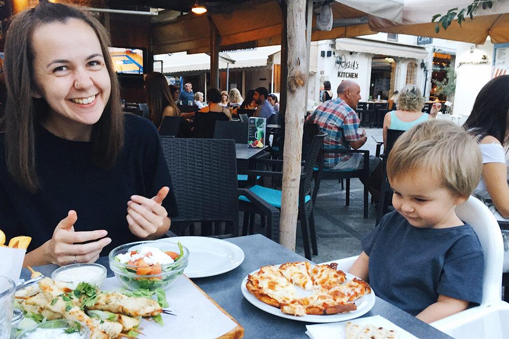 У нас традиционное кипрское блюдо — куриные сувлаки, то есть шашлыки, деревенский салат, похожий на греческий, соус дзадзики и пита. У сына — детская порция сырной пиццы