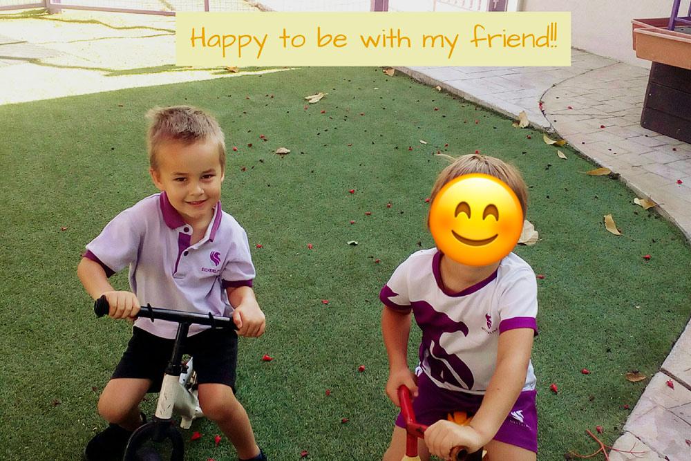 У сына (слева) повседневная летняя форма, у его друга — спортивная летняя