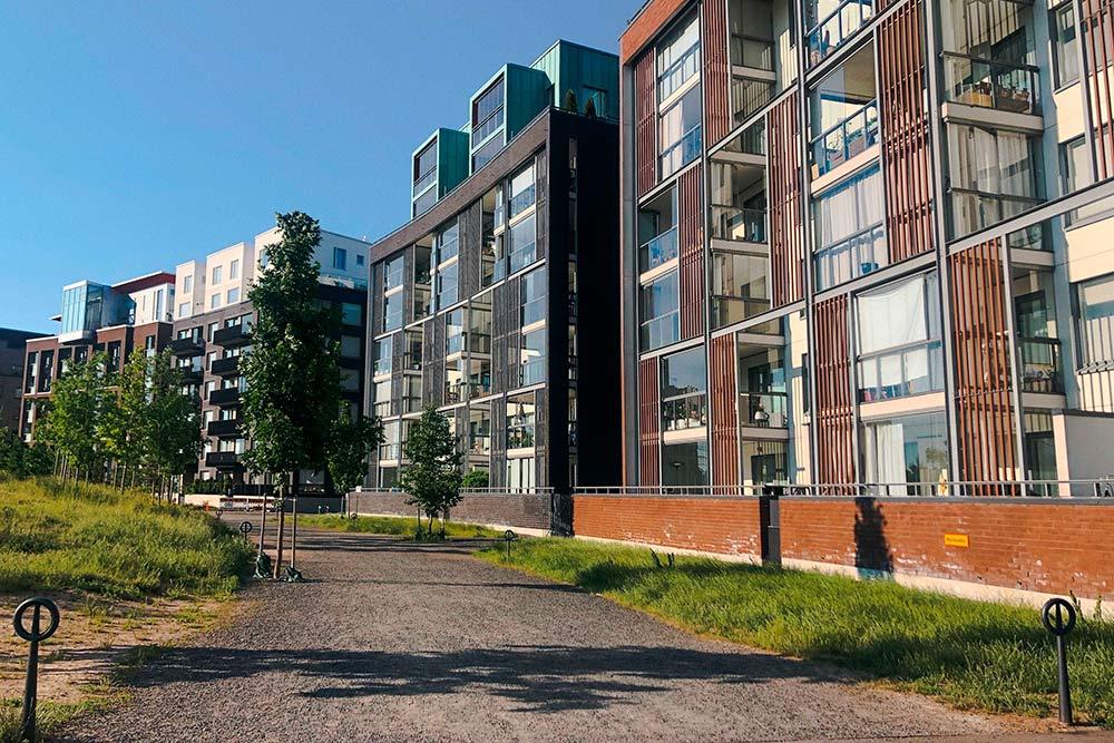 У большинства финских домов новой постройки просторные балконы сокнами впол. Наних очень приятно проводить время илюбоваться природой