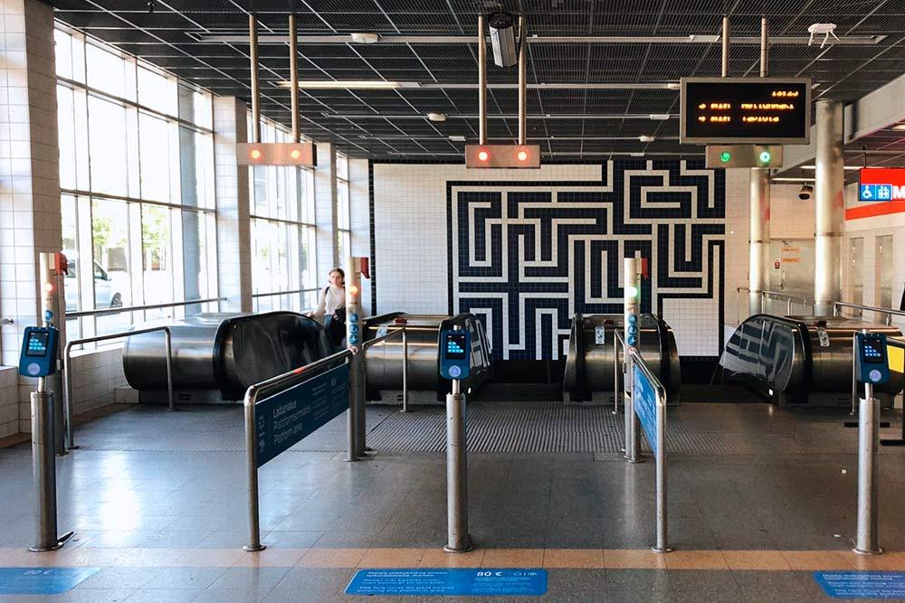 Привходе настанции местного метро неттурникетов, чтобы люди нетратили время инесоздавали очереди. Нобилет всеравно стоит купить: еслипопадетесь контролеру, штраф составит 80€