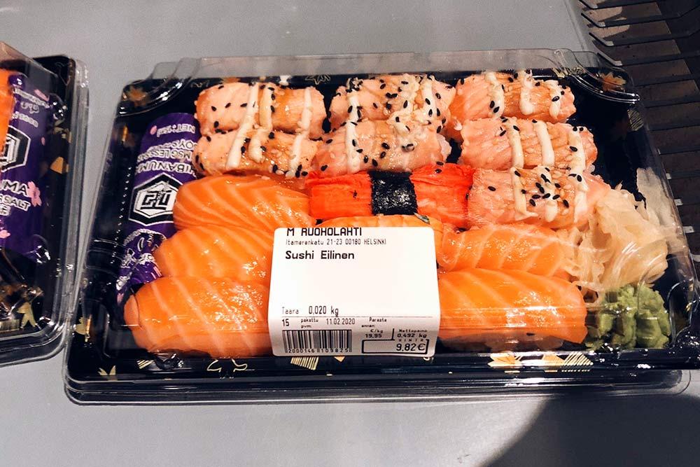 Так какрыба свежая, вФинляндии готовят очень вкусные суши. Этосет из K-Citymarket, содержимое можно выбрать самостоятельно. Килограмм суши стоит 19,95€