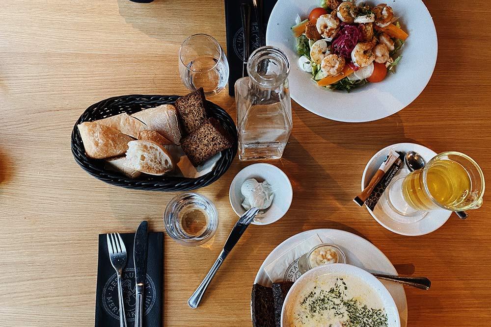 Ужин вресторане Merimakasiini — финский сливочный суп слососем за13€ исезонный салат скреветками за20€