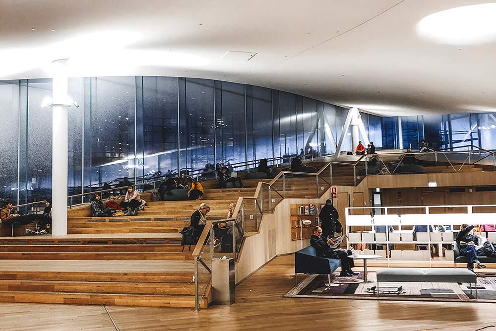 Читальный зал на верхнем этаже согромными окнами и шикарной панорамой города