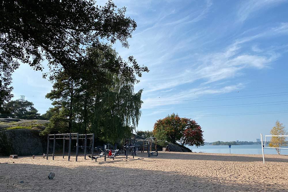 Пляж врайоне Хиетаниеми. Мы соСлавой занимались тамспортом, когда залы были закрыты из-за пандемии