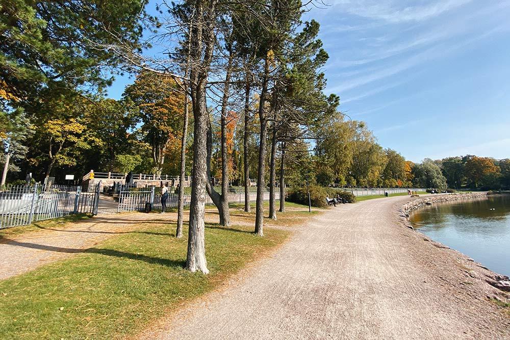 Прогулочная зона вдоль старинного кладбища, гдепохоронены самые знаменитые люди Финляндии