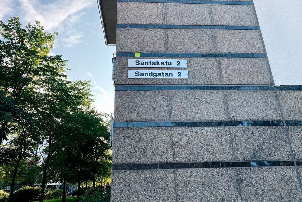Названия улиц всегда дублируют нашведском — онснизу