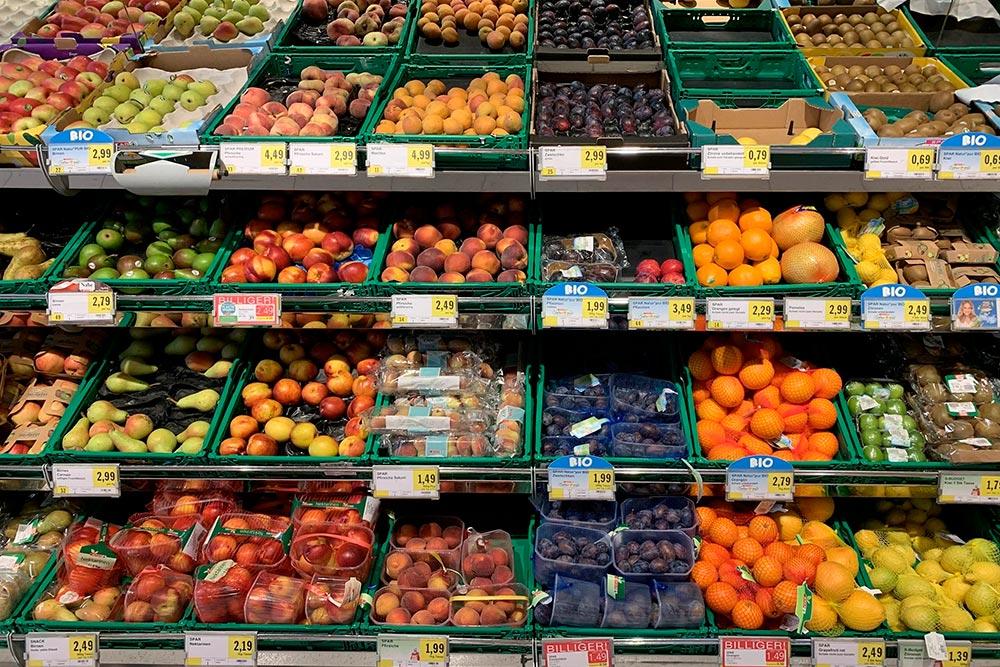 Покажу еще&nbsp;фото из&nbsp;супермаркета. Вот&nbsp;цены на&nbsp;фрукты. Килограмм груш — 2,79&nbsp;€ (254&nbsp;<span class=ruble>Р</span>), упаковка слив — 1,99&nbsp;€ (181&nbsp;<span class=ruble>Р</span>)