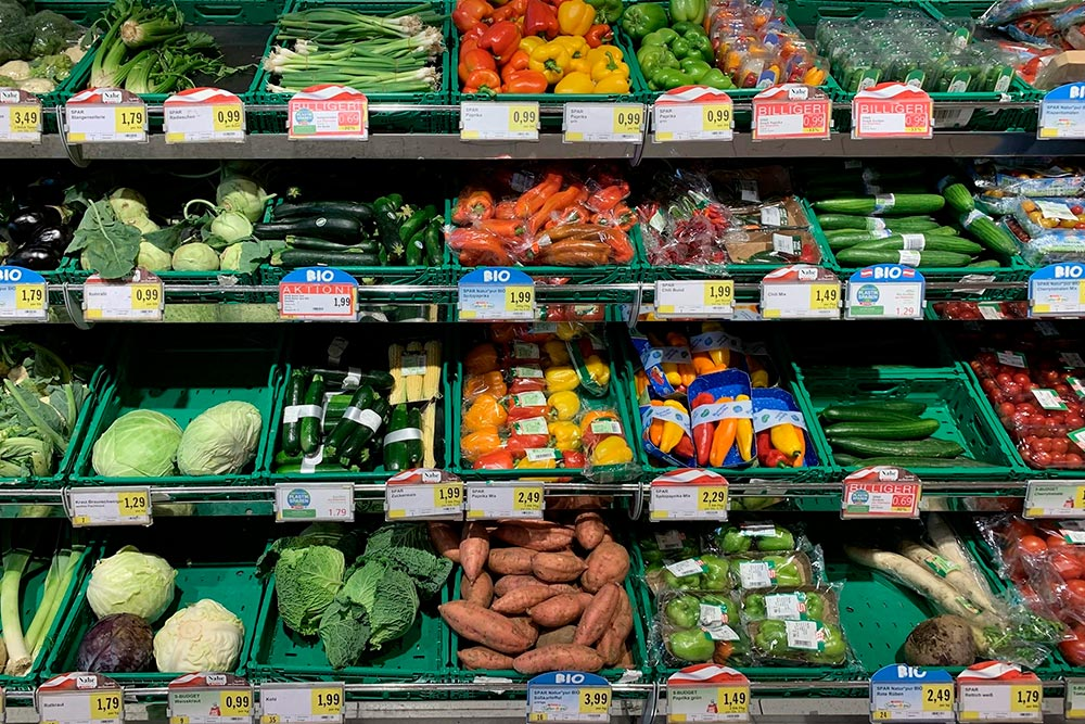 Овощи. Упаковка болгарского перца — 2,49&nbsp;€ (227&nbsp;<span class=ruble>Р</span>), килограмм батата — 3,99&nbsp;€ (363&nbsp;<span class=ruble>Р</span>), упаковка моркови — 1,99&nbsp;€ (181&nbsp;<span class=ruble>Р</span>)