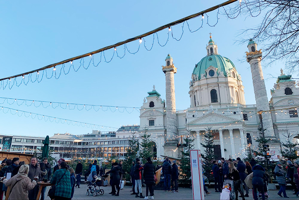 Карлскирхе — собор святого Карла. Этоодно измоих любимых мест в Вене. Здесь часто проходят альтернативные выставки, музыкальные фестивали ипросто тусовки