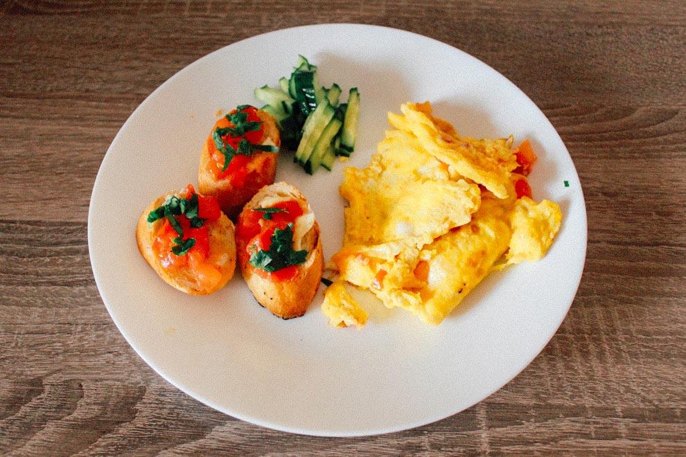 Еще один любимый и простой завтрак: яичница с бутербродами