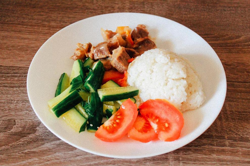 Рис с гуляшом из говядины и овощами