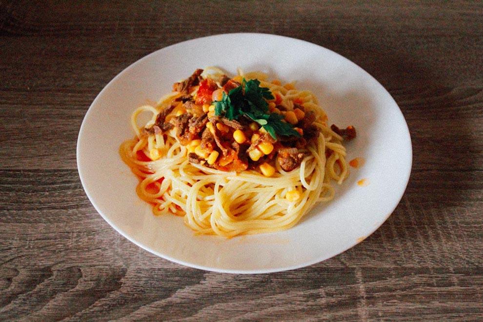 Спагетти с говядиной, кукурузой и соусом