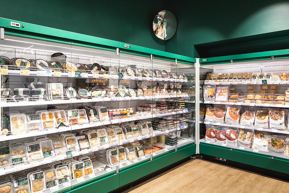 Продуктовые наборы и готовые блюда из своей фабрики-кухни занимают несколько холодильных витрин
