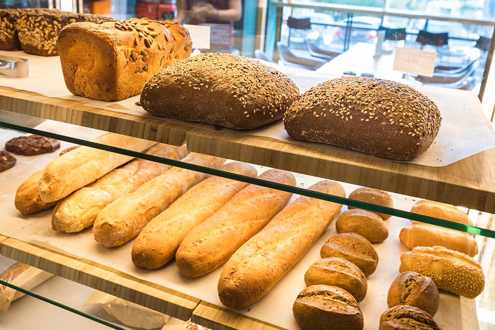 Горячий хлеб испекут к нужному времени, если сделать заказ в чате «Жизньмарта» в Телеграме