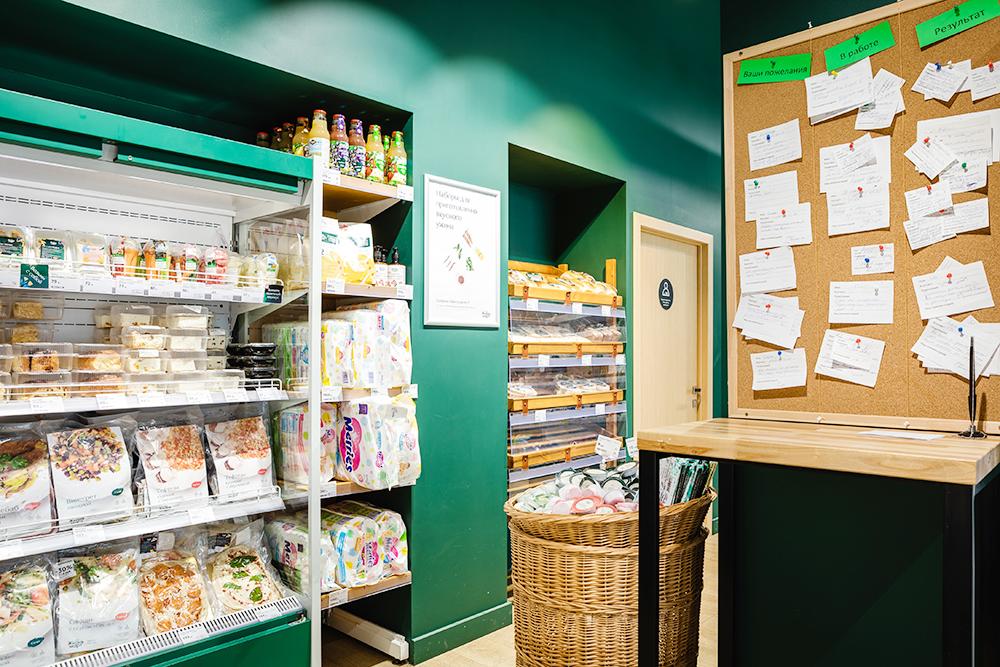 На входе в магазин висит специальная доска — каждый покупатель может написать свое пожелание или отзыв