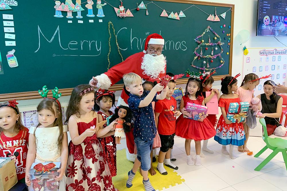 Рождество в школе. Класс интернациональный: есть русские, тайцы, англичане, китайцы