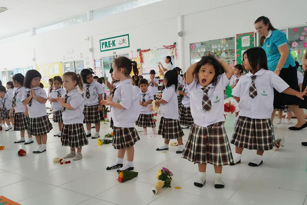 Дети в школу ходят в форме. У каждой школы своя форма