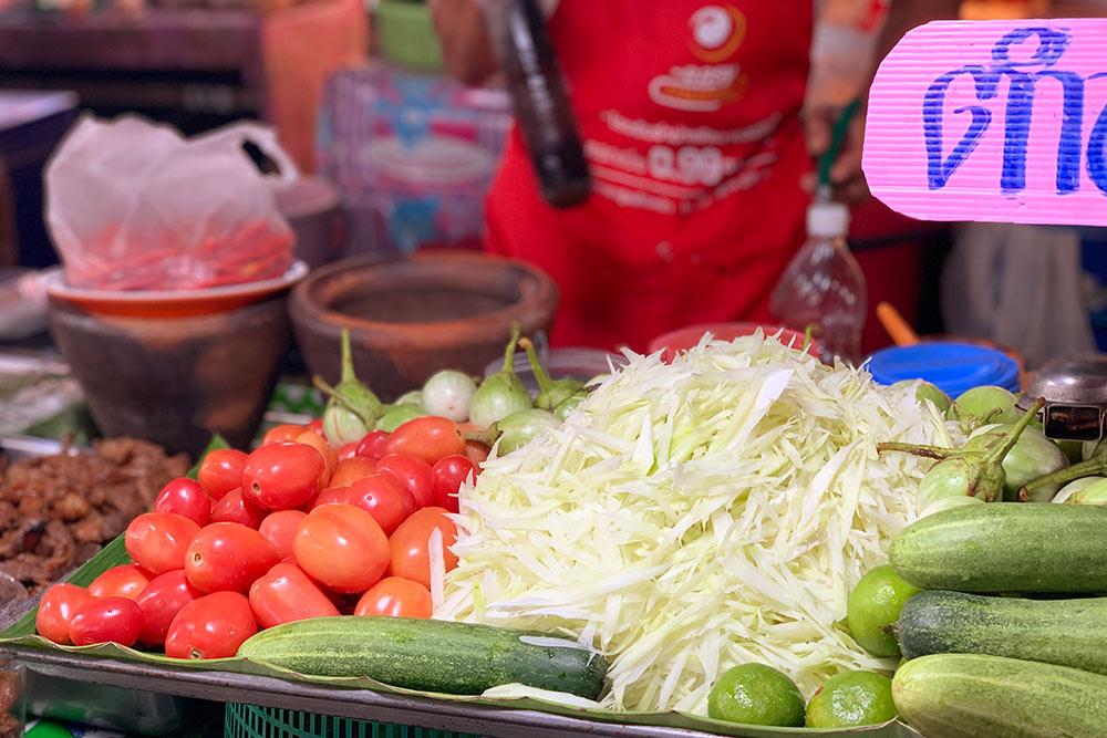 Заготовка длясалата сом-там в забегаловке на улице. Все это перетрут привас в ступке и добавят арахис. 2$ за порцию