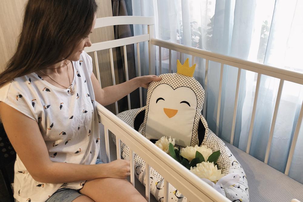 Лена с недавно сшитой подушкой-пингвином
