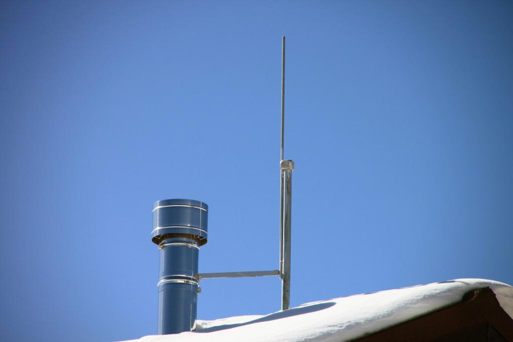 Таквыглядит штыревой молниеприемник на крыше. Источник: «Профэлектро»