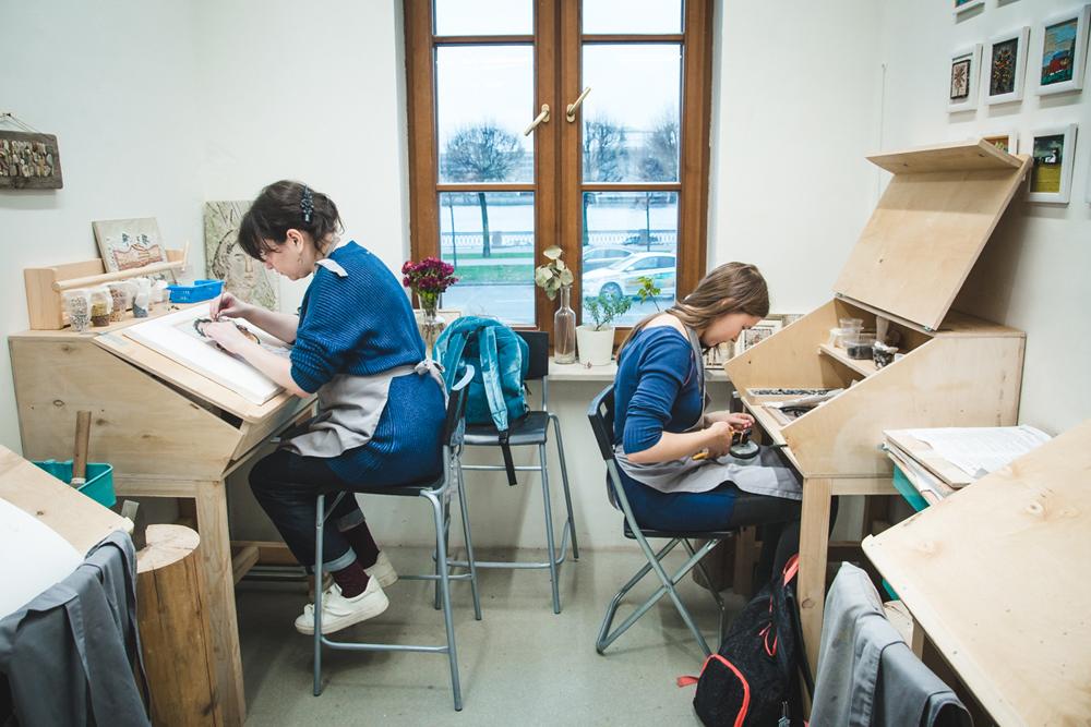 Ученики занимаются за специальными столами, на которых удобно расставлять материалы и инструменты