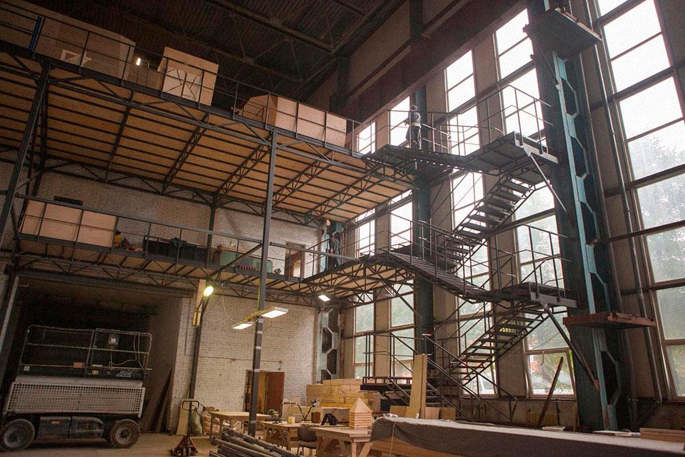 Кроме металлического каркаса потребовалось изготавливать лестницу — она ведет в зону боулдеринга. Фото:Екатерина Корчемна