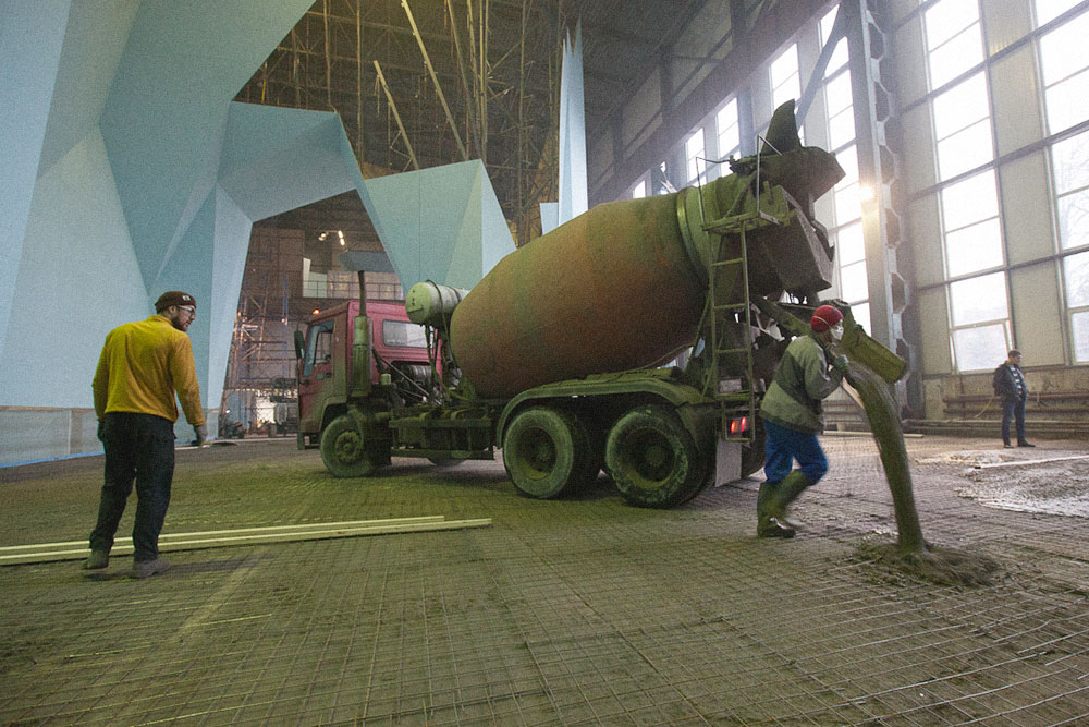 На фото те самые подрядчики заливают бетоном пол