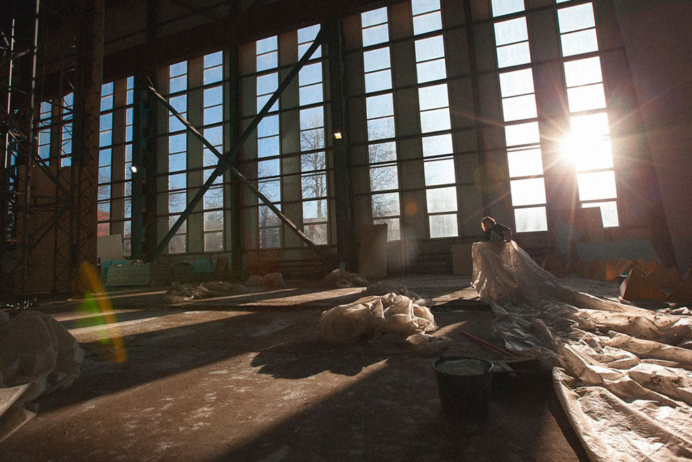 Игорь переживал, чтозимой из-за огромных окон в помещении будет холодно, поэтому в зале поколоннам развесили дополнительную систему отопления — вулканы. Это тепловентиляторы, которые равномерно распределяют теплый воздух попомещению. Они обошлись в200тысяч рублей