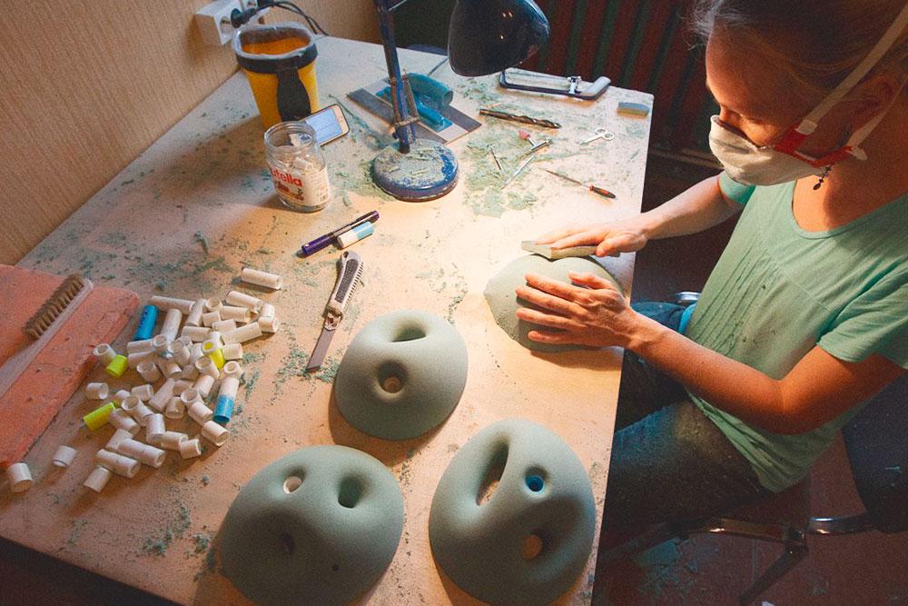 Зацепы производят вручную из искусственного камня в разных формах, размерах и цветах. Сначала вытачивается форма зацепки из специальной пены с зернистой структурой — именно она придает зацепам микрорельеф. Шероховатая поверхность нужна дляхорошей сцепляемости прихвате зацепа