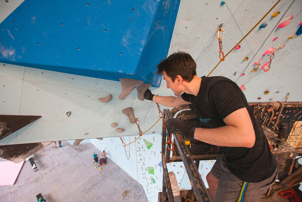 Алексей ставит новую трассу на потолке из зацепов в форме сталактитов