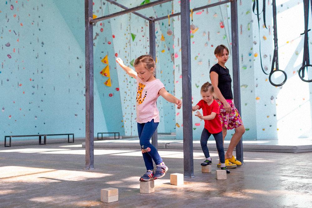 С помощью такого упражнения в детской секции развивают координацию и баланс. Фото:Анна Калинина