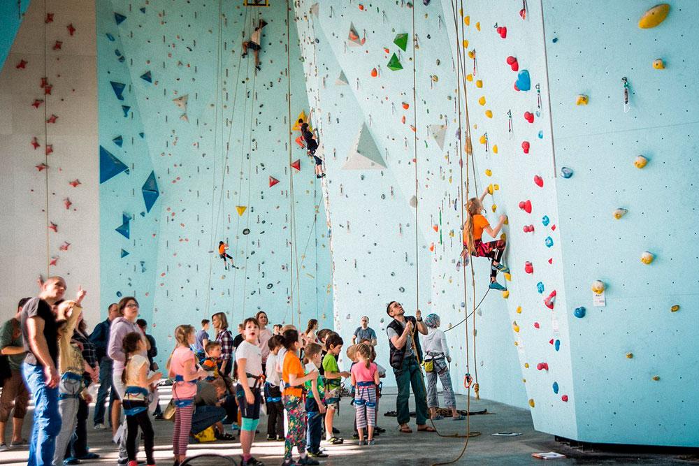 Несколько раз в сезон длядетей проводят соревнования с учениками из других клубов и секций. Ещеприглашают тренеров по паркуру, циркачей и гимнастов. Такие занятия помогают им осваивать новые движения на стене
