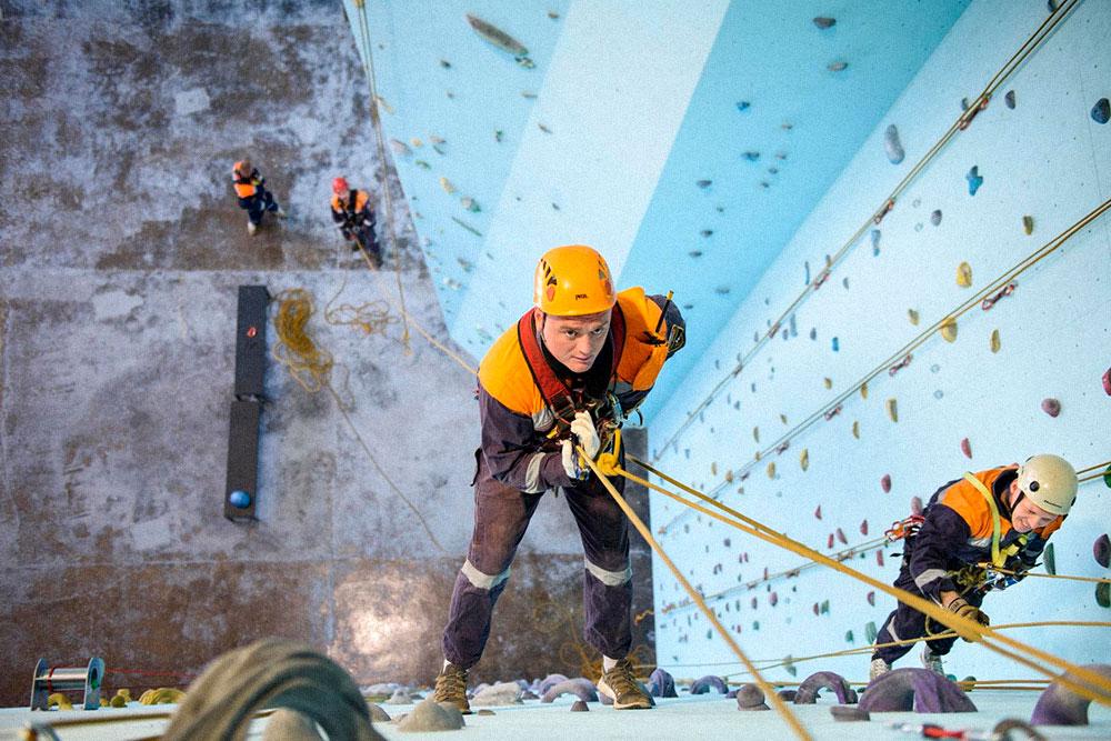 Как-то на скалодром пришел целый поисково-спасательный отряд МЧС. Команда смотрела, как спасатели умеют обращаться со снаряжением, веревками и эвакуируют пострадавшего. Вердикт: мужики надежные и очень близки по духу альпинистам и скалолазам. Фото:Юлия Леонова