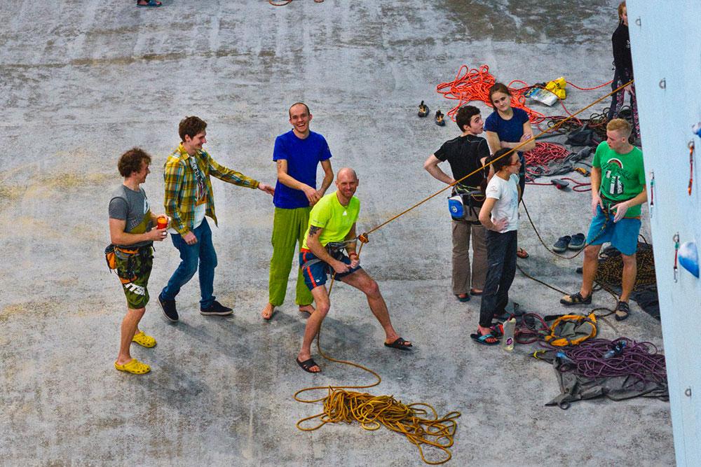 Первое время дляпривлечения клиентов проводили веревка-пати — бесплатные занятия по страховке дляначинающих. На них угощали компотом. Фото:Юлия Леонова